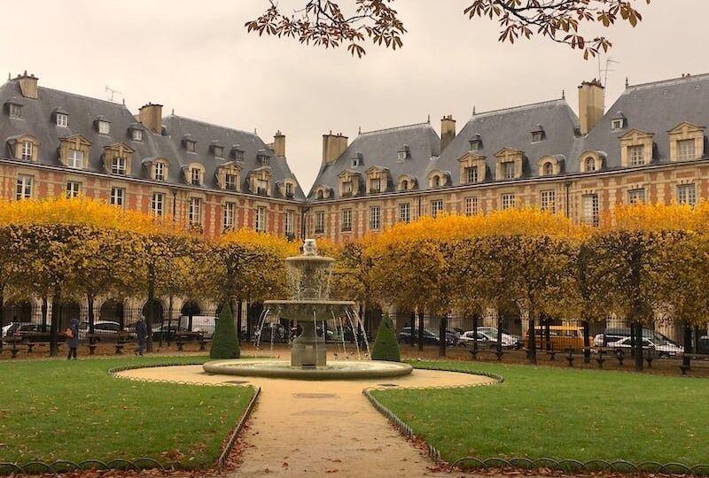 Arboles en tonos cálidos otoñales de la Place des Vosges de Paris
