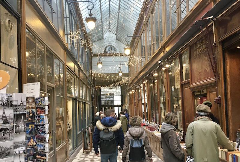 Pasillo de almacenes en Paris, busca contextualizar a la persona en un espacio dedicado a las compras