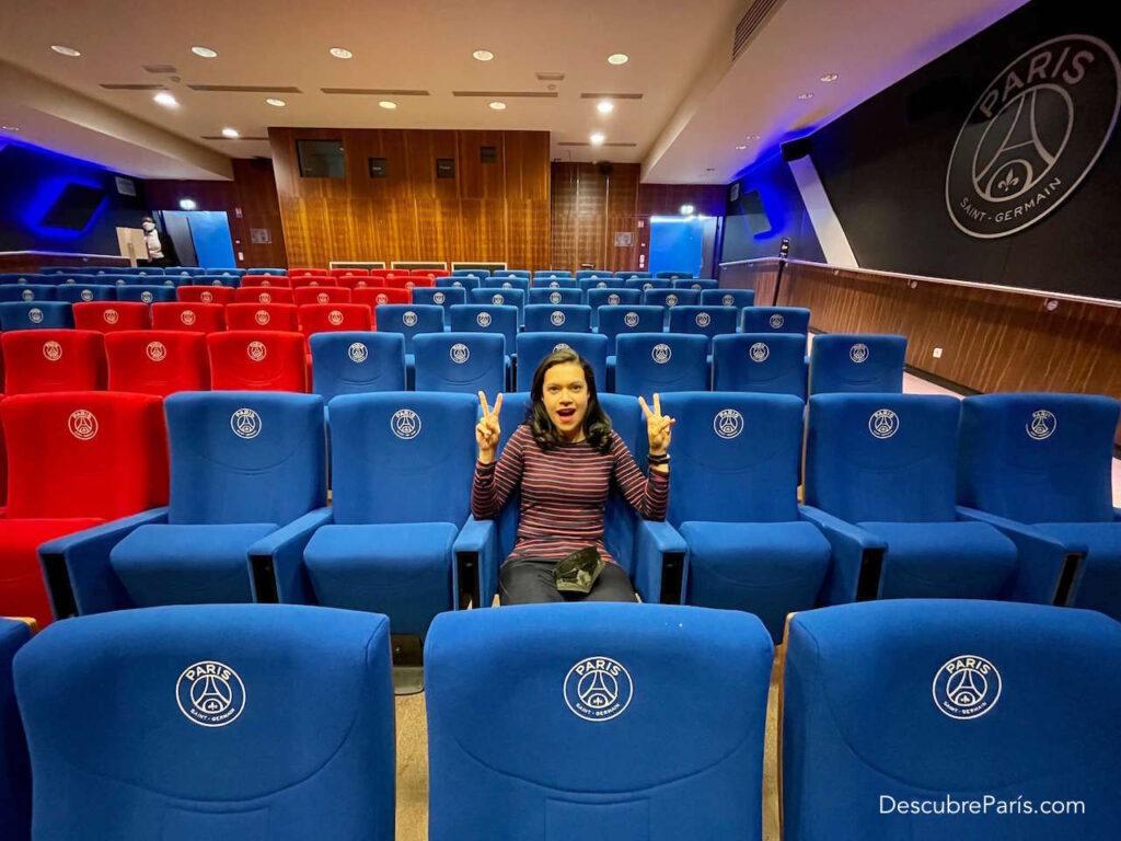 Esta es la sala de conferencias del estadio del PSG en Paris, la idea es que los lectores se hagan a una idea de como es la sala, y se imaginen alli sentados