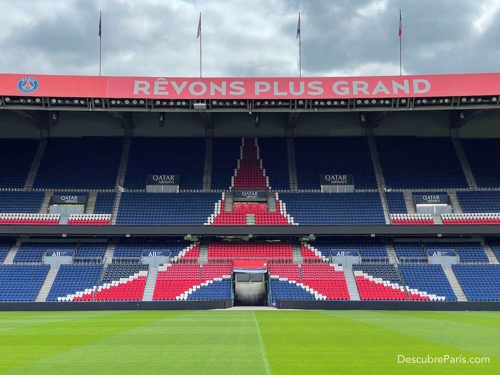 Tener una vista de la cancha del estadio del PSG y sus graderias